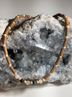 collier bois de noisetier cristal de Roche et Apatite bleue